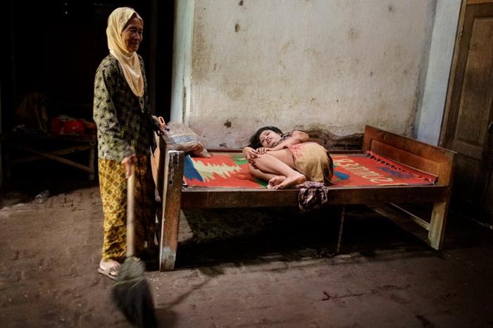 Деревянная кровать - роскошь по меркам лечебниц в Индонезии