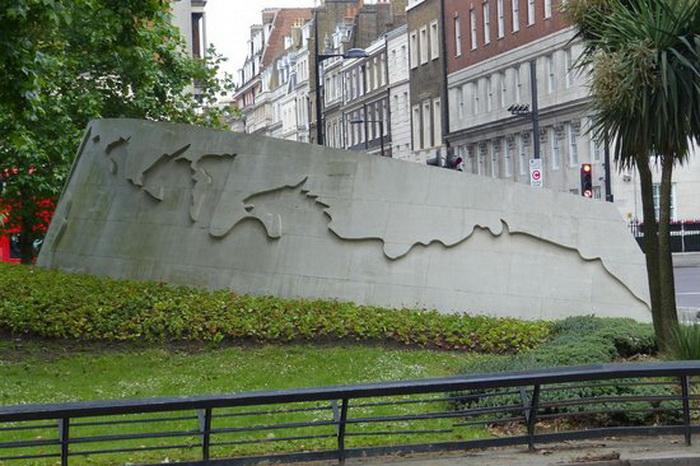 Памятник посвящен всем животным, в разные годы погибшим из-за воен.