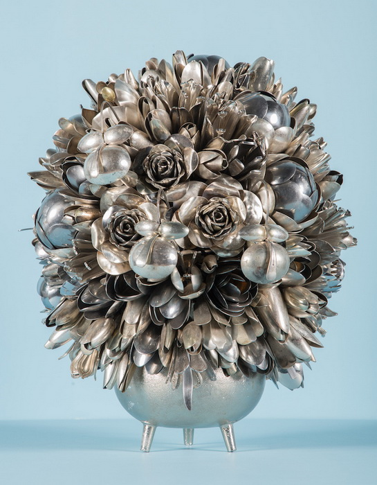 Цветы из столовых приборов выглядят очень реалистично