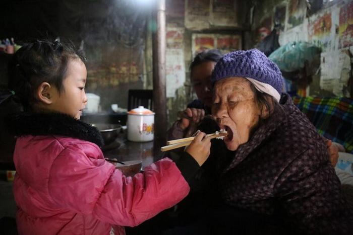 Анна кормит прабабушку