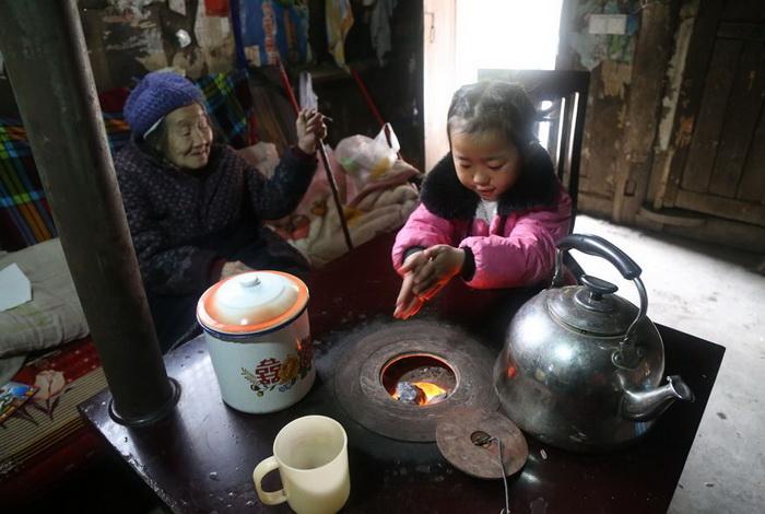 Девочка готовит еду