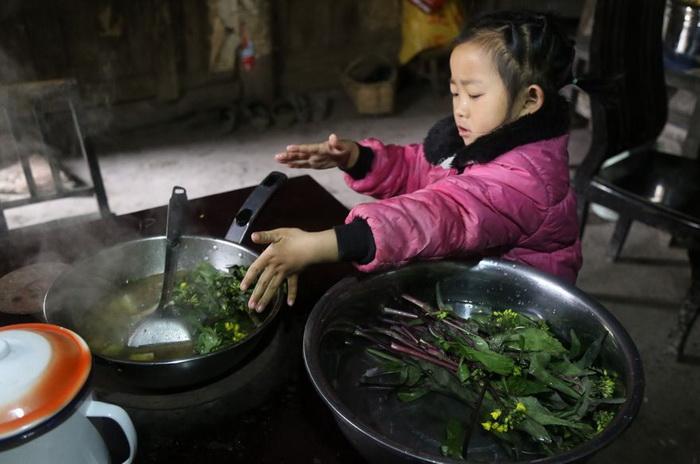 Тяжелые сковороды и огромная печь не пугают ребенка