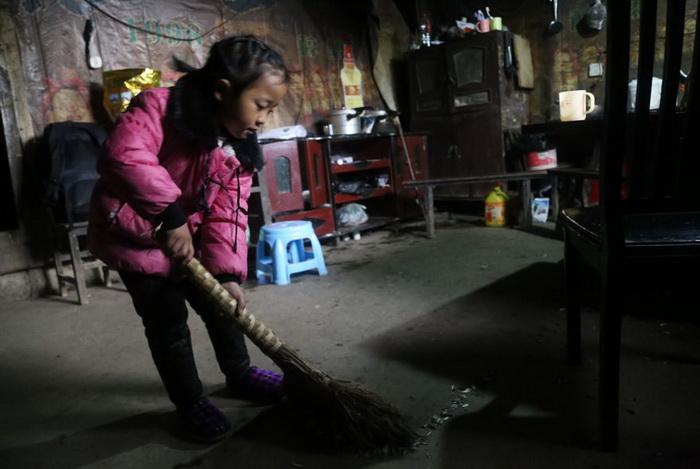 Девочка делает всю работу по дому