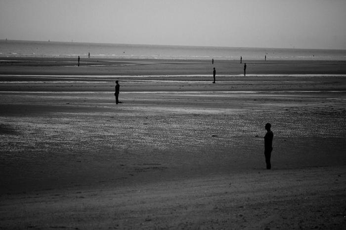 На пляже Кросби (Англия) установлено 100 чугунных фигур