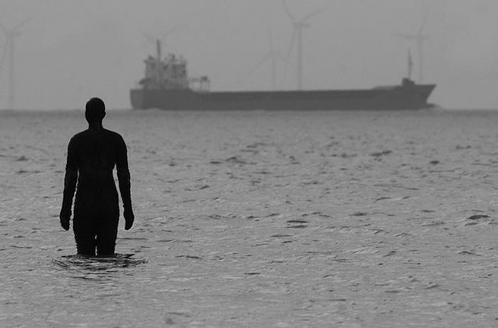Во время прилива некоторые фигуры погружаются в воду
