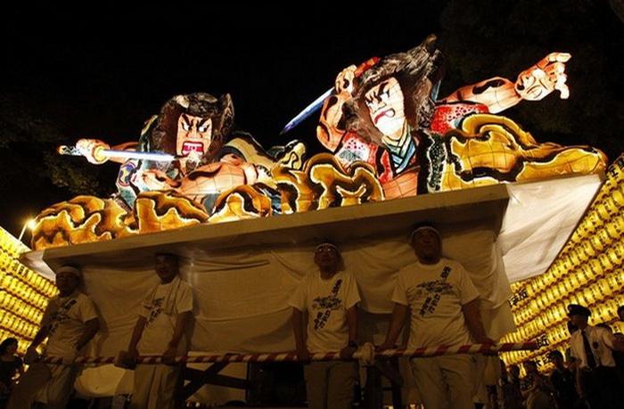 Светящиеся фонари на японском фестивале Аомори Небута
