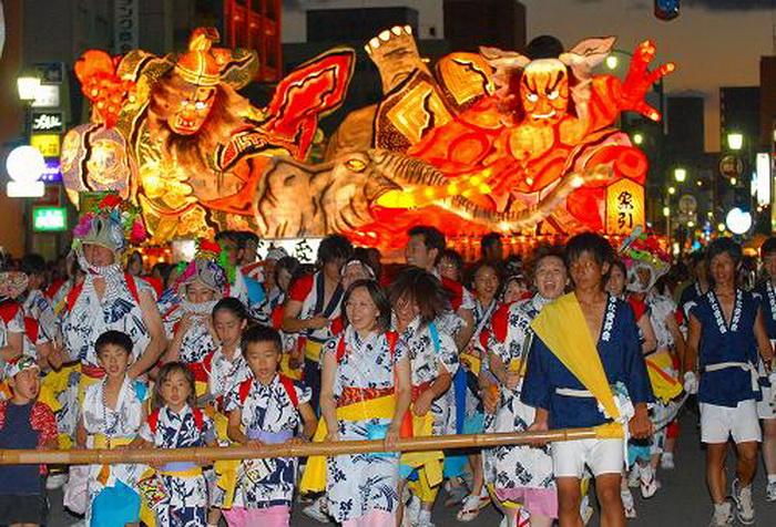 В фестивале Аомори Небута принимают участие около 2000 танцовщиков