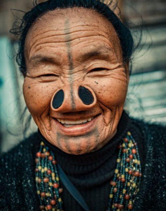 Татуировка зрительно рассекает лицо на две половины.
