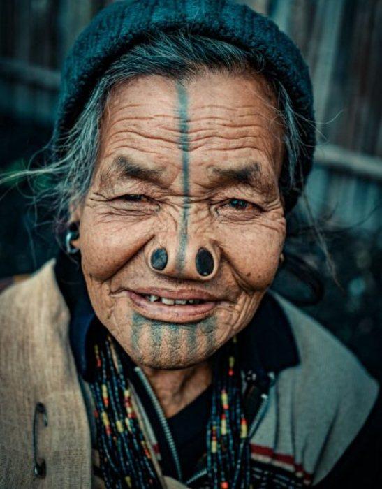 Женщины народа апатани любят массивные украшения, в частности, бусы.