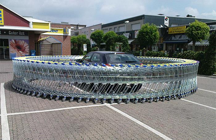 Кольцо тележек из супермаркета вокруг автомобиля