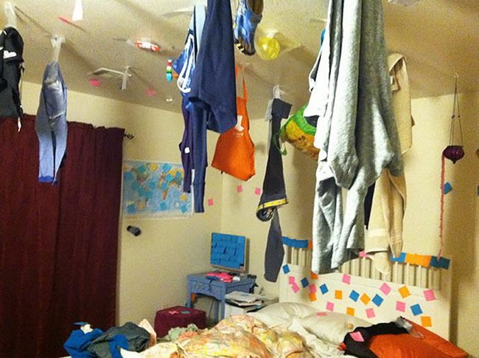 Одежда, развешенная на потолке