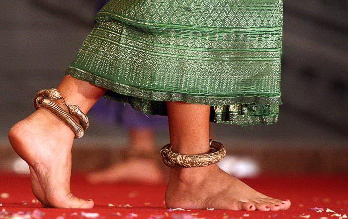 Ноги апсар украшены браслетами и бубенцами