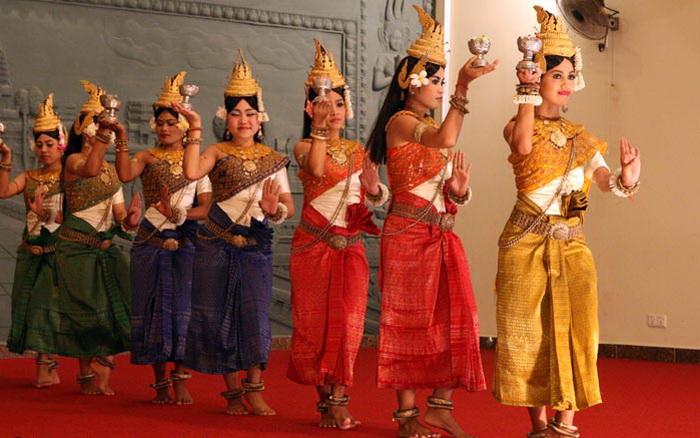 Девушки исполняют древний ритуальный танец