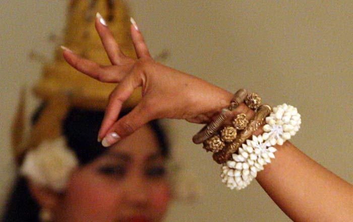 Многочисленные браслеты на руках апсар