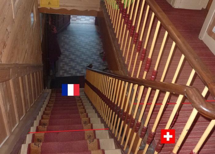 Граница в отеле *Арбез* проходит по лестнице