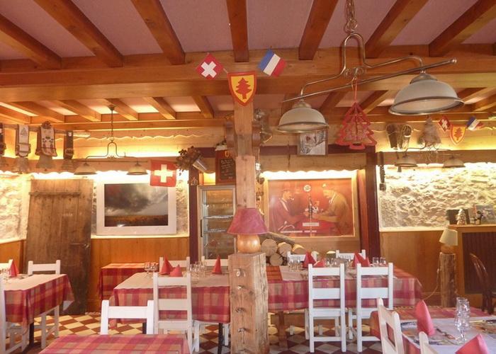 В необычном отеле *Арбез* столовая расположена на границе Франции и Швейцарии