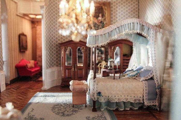 Спальня для романтического свидания: роскошная кровать и шампанское