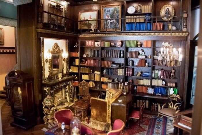 Шкафы с раритетными миниатюрными книгами