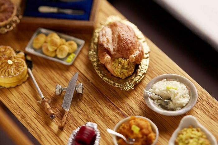На столе - миниатюрные блюда