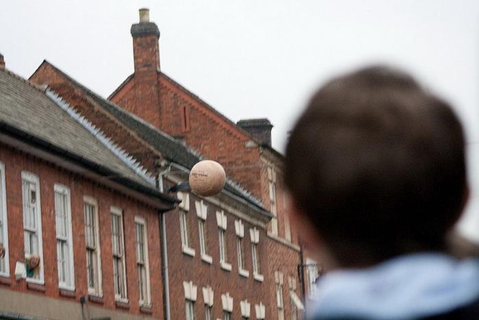 Во время игры мяч выбрасывают из окна Barclays Bank