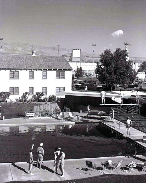 Туристы наблюдают атомный гриб, отдыхая в открытом бассейне
