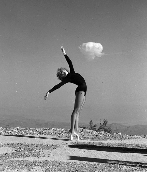 Постановочное фото: балерина и атомное облако