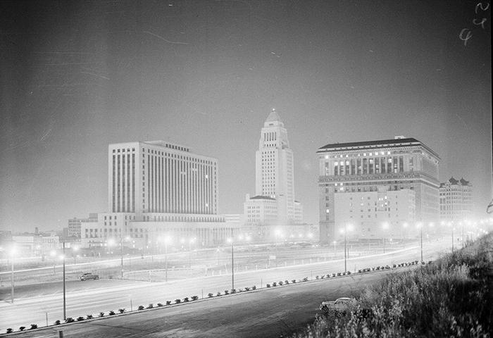 Центр Лос-Анджелеса освещен взрывом атомной бомбы, 1955 год