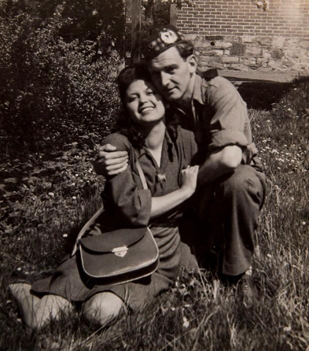 Счастливая пара, 20 и 23 года. Снимок 1945 года.