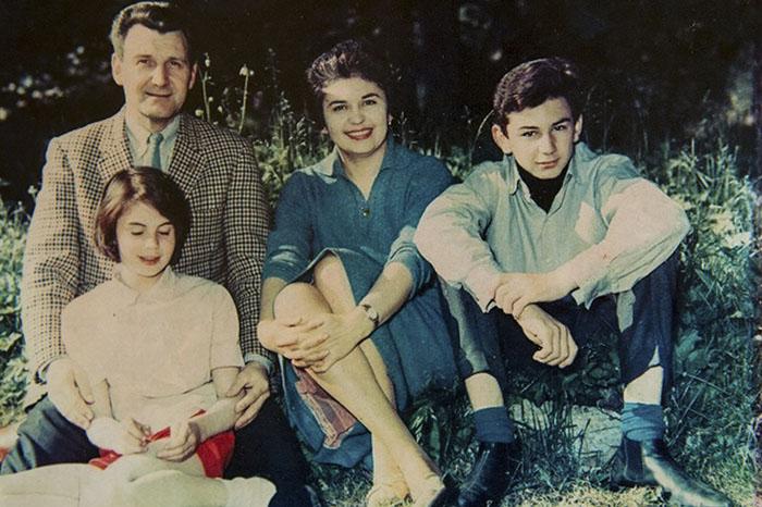 Джон и Эдит вместе со своими детьми.