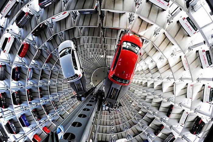 Специальный подъемник внутри башен «размещает» автомобили по ярусам