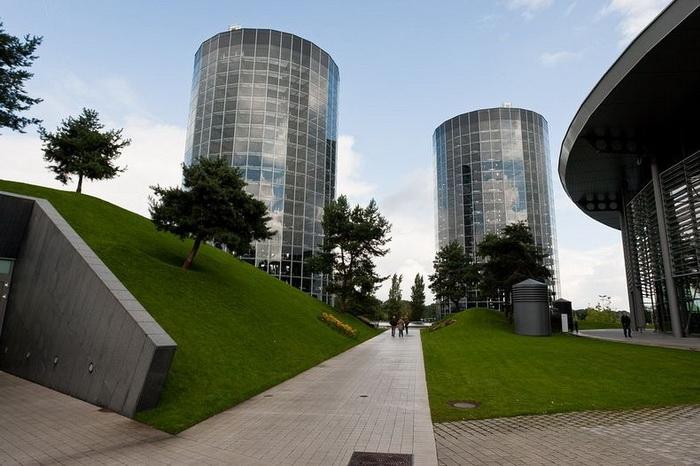 Autostadt - две стеклянные башни с автомобилями Volkswagen