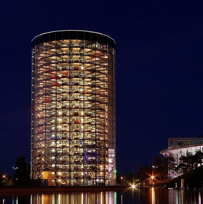 Высота стеклянной башни - 60 м, в ней размещается 400 машин