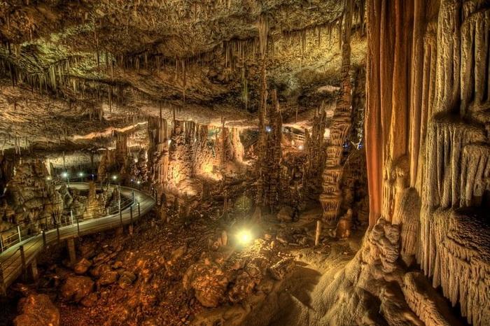 Сталактиты и сталагмиты в пещере Авшалом (Израиль)