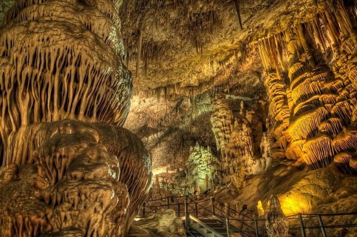 Сталактиты и сталагмиты в пещере Авшалом, Израиль
