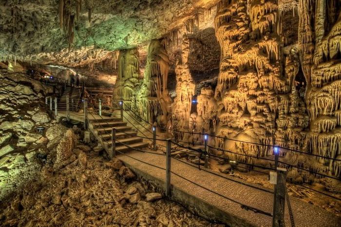 Благодаря подсветке сталактиты и сталагмиты похожи на декорации для фильма ужасов