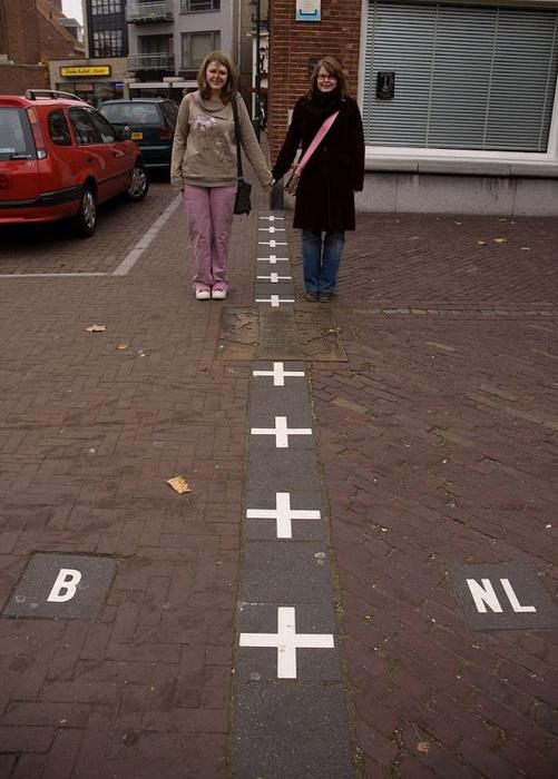 Туристы нередко делают *интернациональные* фото