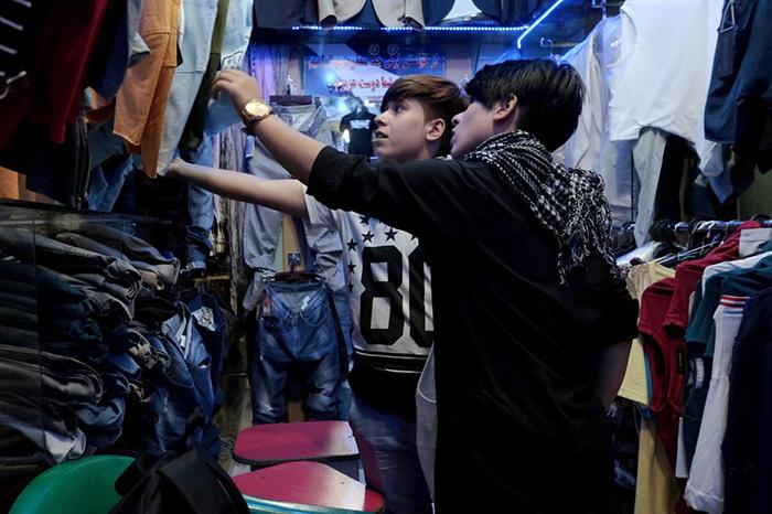 Сетар и Али выбирают одежду в мужском отделе.