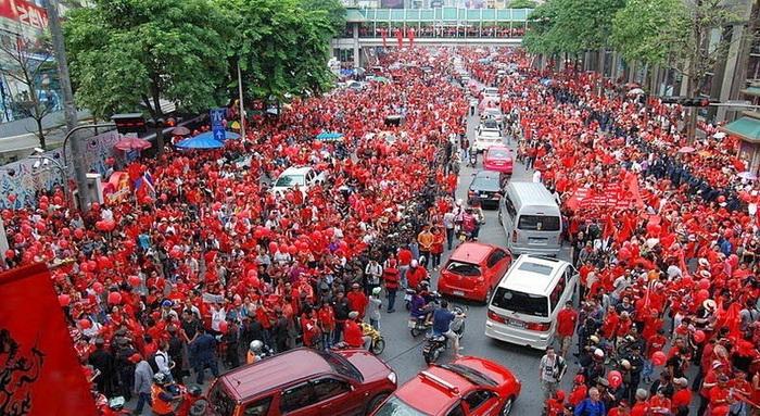 *Красные рубашки*. Политический митинг в Бангкоке в 2010 г.