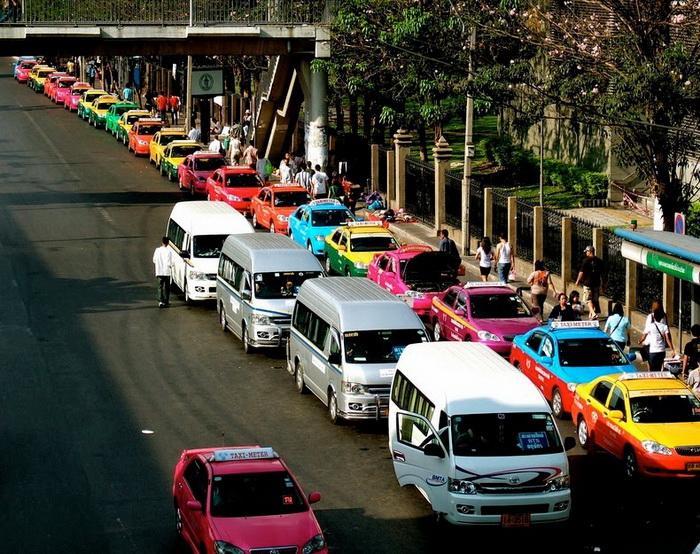 Разноцветные такси на улицах Бангкока