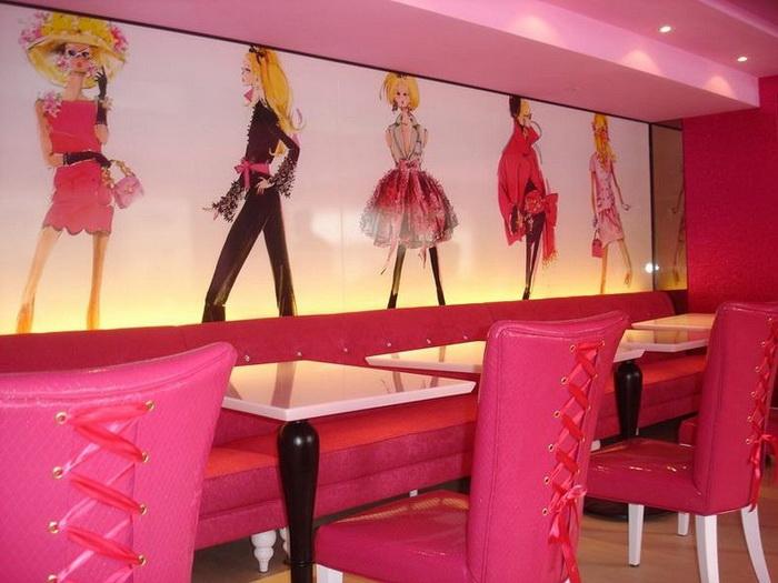 Стулья-корсеты и плакаты с нарядами для Барби дополняют *кукольную* атмосферу