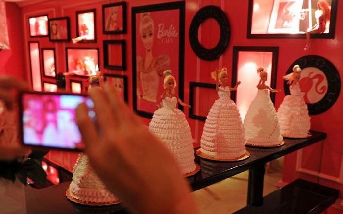 Причудливые пирожные в форме кукол Барби