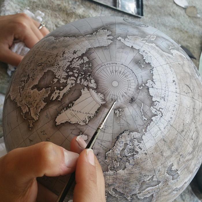 Глобусы раскрашивают вручную