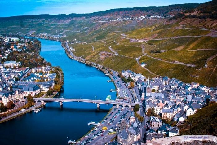 Бернкастель-Кюс расположен по обоим берегам реки Мозель