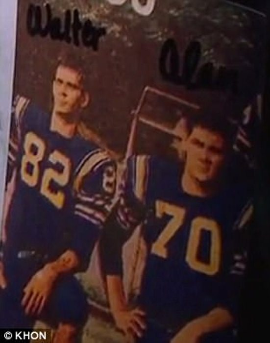 Алан и Уолтер вместе играли в футбол в молодости.