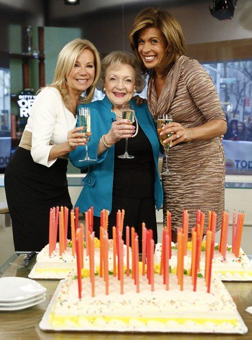 Бетти Уайт во время празднования 92 дня рождения.