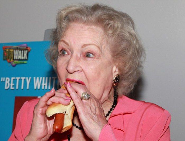 Бетти Уайт любит хот-доги.