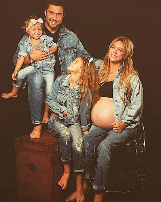 Ксения Безуглова с семьей во время третьей беременности. Фото: ru.hellomagazine.com