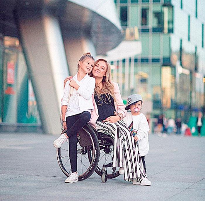 Ксения Безуглова с двумя дочерьми. Фото: ru.hellomagazine.com