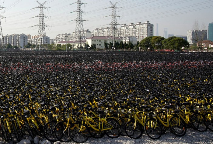Велосипеды на пустыре в Шанхае, 2017 г.