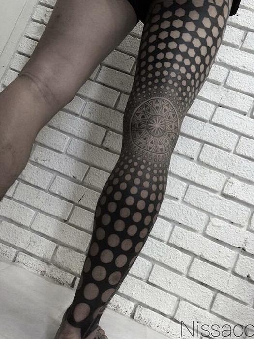 Необычная татуировка на ноге